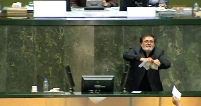 Tartışmalı tasarı kavgayla İran meclisinde onayladı