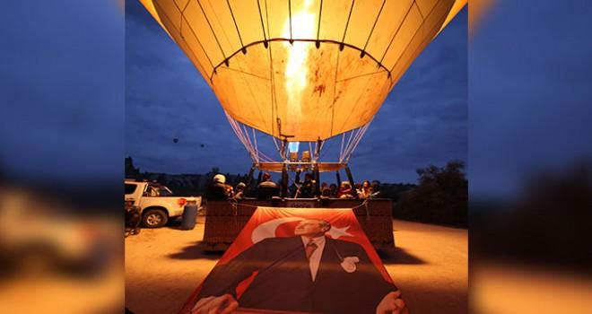 Kapadokya'da balonlar Atatürk posterleriyle havalandı