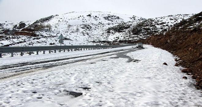 Ardahan-Ardanuç yolu kar ve tipi nedeniyle ulaşıma kapatıldı