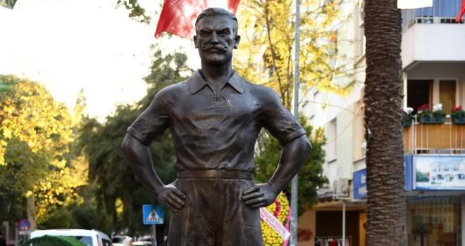 İzmir'de futbolun ilk oynandığı yere heykel dikildi