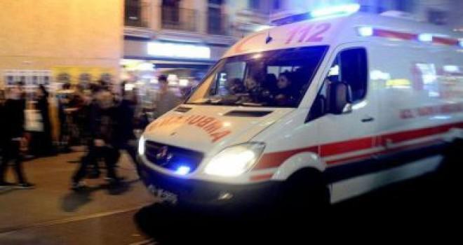 Adana'da otomobil kafeye daldı! Yaralılar var