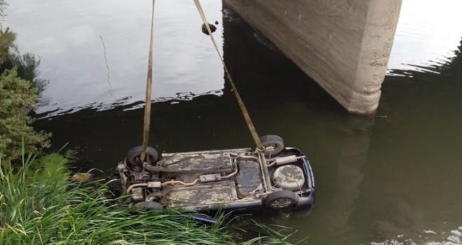 Otomobil, Yeşilırmak Nehri'ne uçtu: 3 yaralı