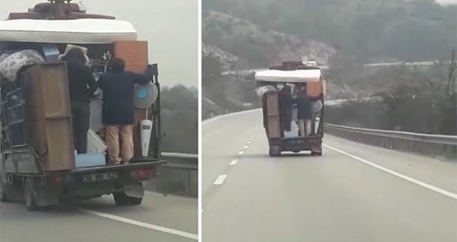 Kamyonet arkasında tehlikeye aldırmadan yolculuk yaptılar