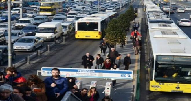 Metrobüs durağında ayda 5 bin TL kazanıyor