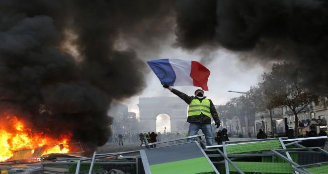 Fransa'daki Sarı Yelekliler protestosu Belçika'ya sıçradı: Brüksel'de 2 polis aracı ateşe verildi