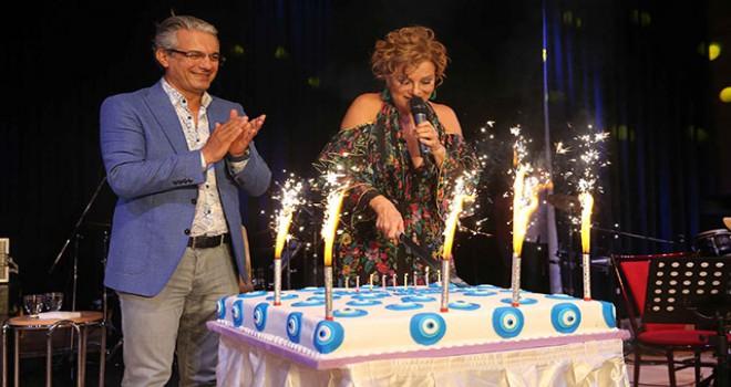 Zuhal Olcay'a sahnede doğum günü sürprizi