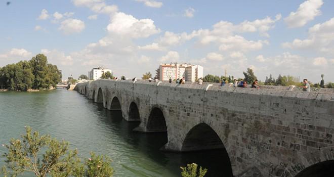 16 asırlık köprüye yazılan yazılar tepki çekti