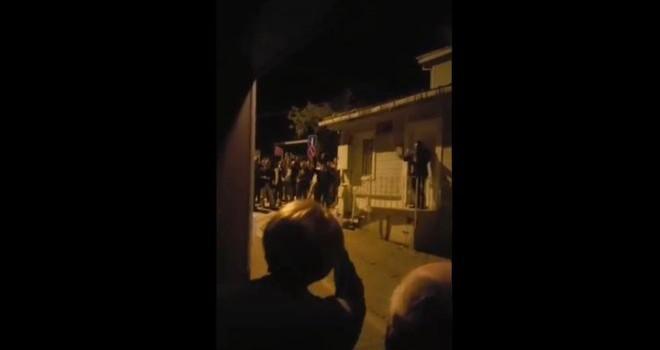 İYİ Parti lideri Meral Akşener'in evinin önünde toplanan grup MHP lehine slogan attı