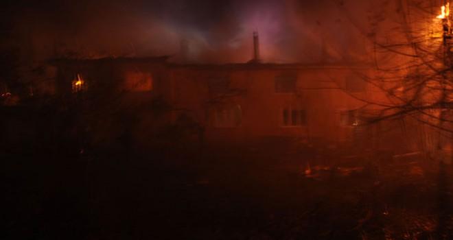 Ocakta unutulan yemek iki katlı binayı yaktı