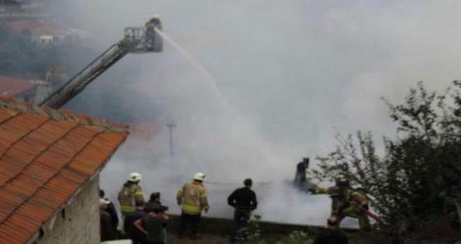 Kartal'da gecekondu yandı, 2 kişi dumandan etkilendi