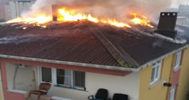 Sultanbeyli'de bir apartmanın çatısında yangın