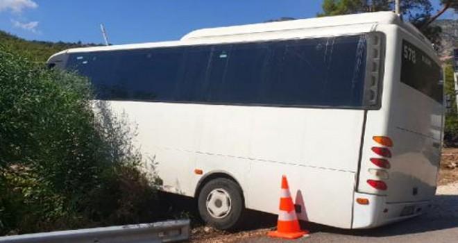 Tur midibüsü kayalıklara çarptı