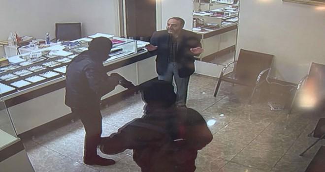 Esenyurt'ta pompalı tüfekli soygunculara direnen kuyumcu kamerada