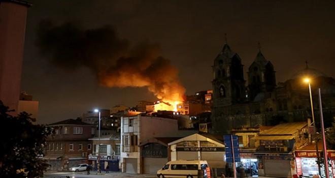 Beyoğlu'nda 3 katlı bina alev alev yandı