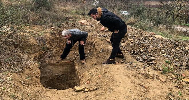 İznik'te tarlada iş makinesi ile kaçak kazı