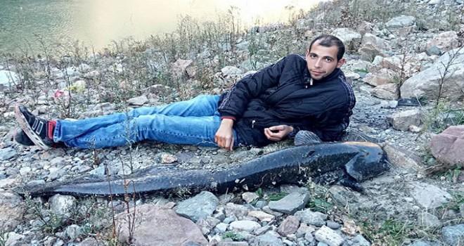 Çoruh'ta yakaladığı 1 metre 80 santimlik balıkla fotoğraf çektirdi