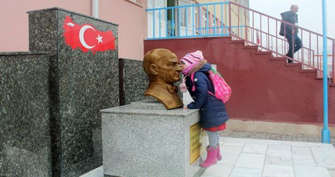 Minik Zeynep, her sabah Atatürk büstünü öpüp sınıfa giriyormuş