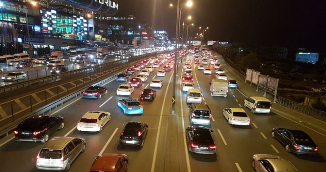 D-100'de zincirleme kaza: Trafik tek şeritten veriliyor