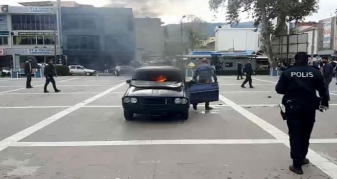 Benzin döktüğü aracına binip ateşe verdi, son anda kurtuldu