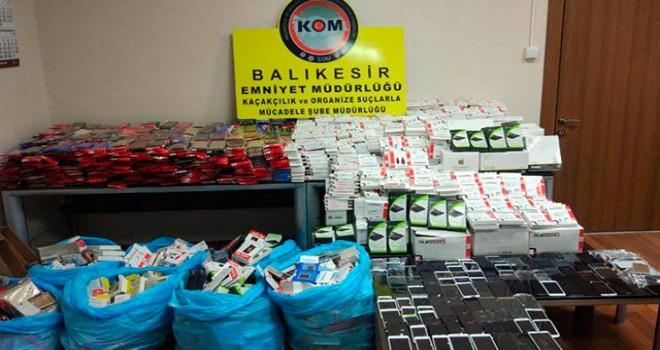 Balıkesir'de 6 bin 92 parça kaçak cep telefonu aksesuarı ele geçirildi