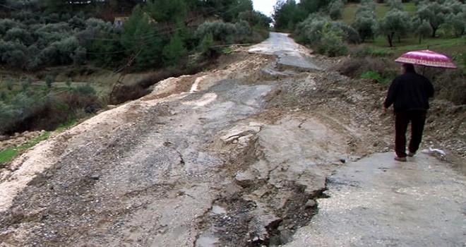 Mersin'de aşırı yağış yol çökertti