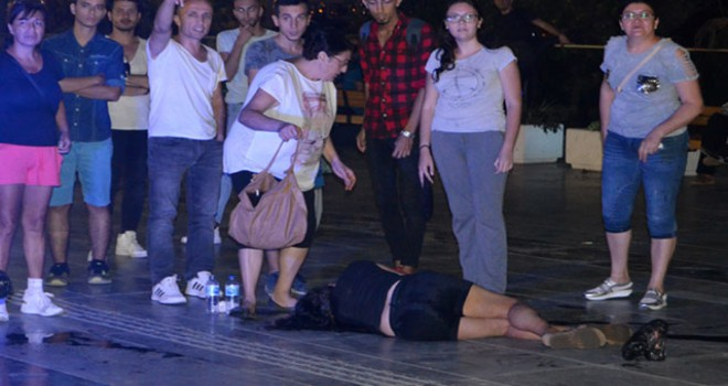 Kadın arkadaşını kent meydanında dövüp, yerde sürükledi