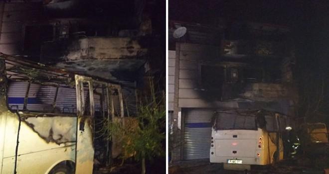 Park halindeyken yanan minibüsü, evine de zarar verdi