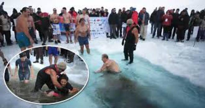 Buz tutan gölü kırıp, 'Yüzme Şenliği' düzenlediler