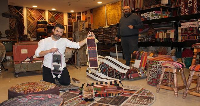 Anadolu'dan topladığı kilimleri dünyaya satıyor