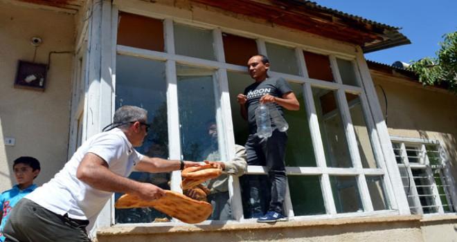 100 göçmeni eve kapatıp kaçmışlar