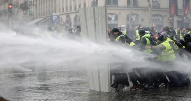 Sarı yelekliler Paris sokaklarında