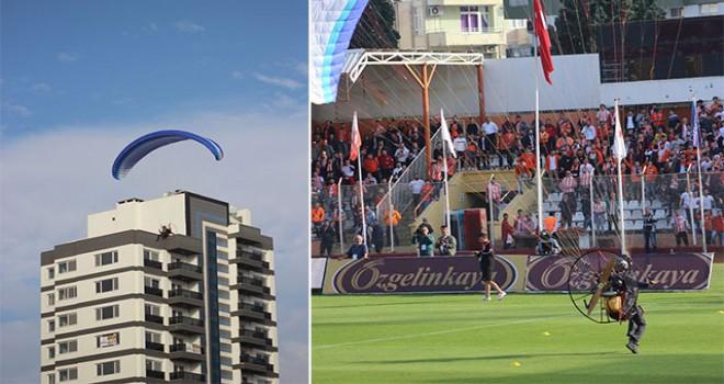 Adana Demirspor taraftarı sahaya paraşütle indi