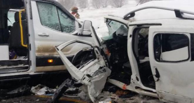 Yolcu minibüsü ile hafif ticari araç, karlı yolda çarpıştı: 2 ölü, 16 yaralı