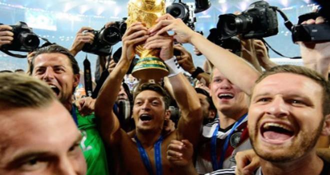 Mesut Özil'e Almanlardan sürpriz kutlama