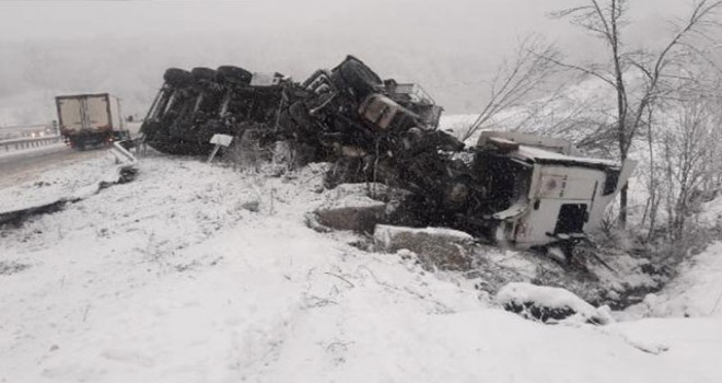 Kamyon, karlı yolda devrildi; sürücü yaralı