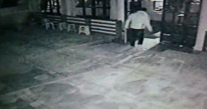 Tarihi caminin kapısını ve camını kıran saldırgan yakalandı