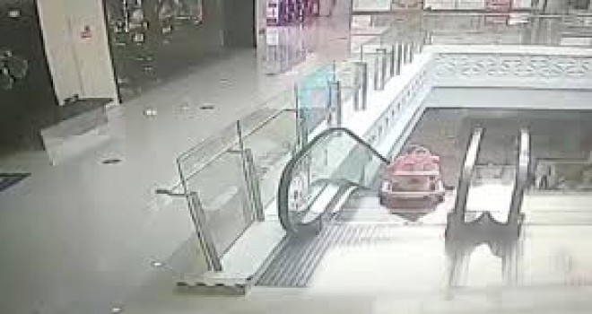 Yürüteçteki bebek yürüyen merdivenden aşağı yuvarlandı, son anda kurtarıldı