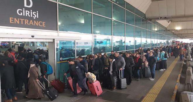 Atatürk Havalimanı'nda 'tatil dönüşü' yoğunluğu... Uzun kuyruklar oluştu