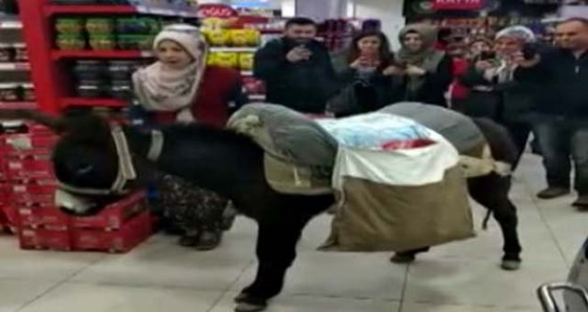 Ülkeden insan manzaraları:Poşet parası vermemek için markete eşekle geldi