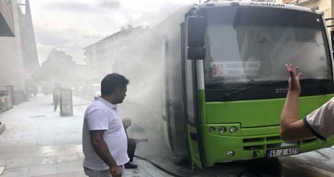 Halk otobüsünün motoru yandı