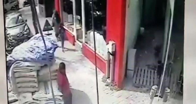Kaldırımda yürüyen çocuğun başına çimento torbası düştü