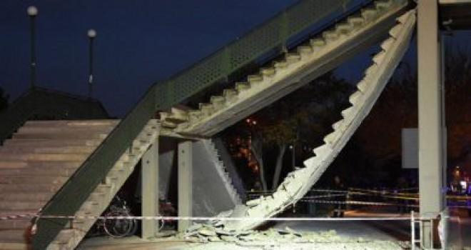 Üst geçitte korkunç kaza! Merdivenler çöktü…