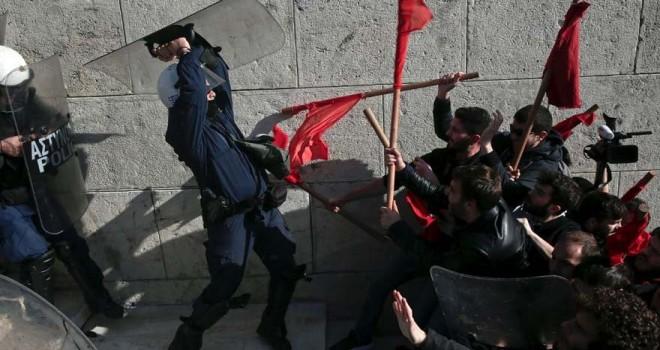 Yunanistan'da parlamento binası önünde arbede