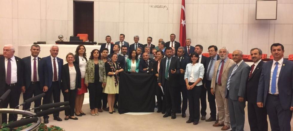 CHP'li Özgür Özel'den Meclis'te Kara Çarşaflı Protesto Mesaisi