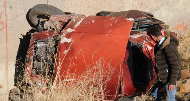 Ağaca çarpan otomobil şarampole devrildi: 4 yaralı