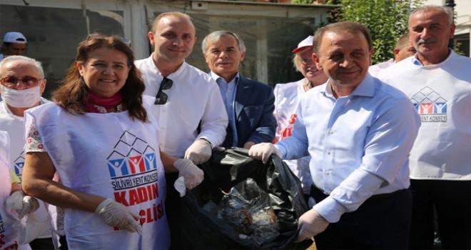 Silivri'de, belediye ve vatandaş birlikte sokakları temizledi