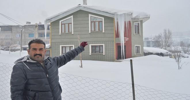 Hakkari'de 2 katlı bina boyunda buz sarkıtı oluştu