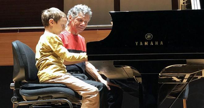 7 yaşındaki İrfan, caz efsanesi Chick Corea ile piyano çaldı