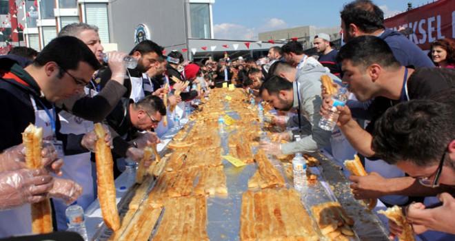 Bursa'da en uzun börek yemek yarışması ilginç görüntülere sahne oldu