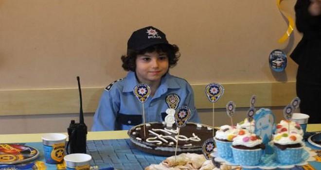 Polisten Küçük Ali'ye doğum günü sürprizi